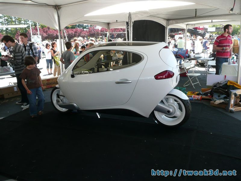 c1-enclosed-motorcycle-pod-bike-gyroscopic-maker-faire2.JPG